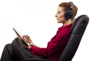 Jeune femme lisant un livre audio sur une tablette