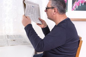 Personne âgée lisant le journal