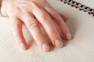 Une femme aveugle lisant du braille