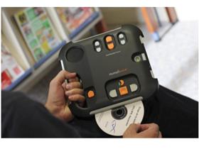 Insertion d'un CD-Rom dans un lecteur audio Daisy